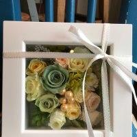 白いボックスにお花を詰め込んで