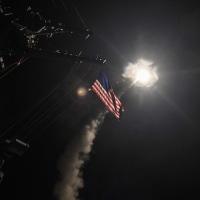 米軍、北施設への攻撃も検討、金正恩委員長は「対話」模索のポーズ