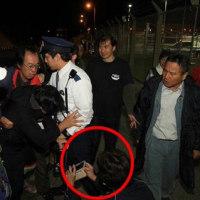 【KSM】沖縄、左翼が汚したフェンス掃除中の男性が集団暴行→名護市議「翁長久美子」が被害者の顔を執拗に撮影