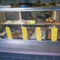 校門前の和菓子屋さんはまだがんばっています・・・・
