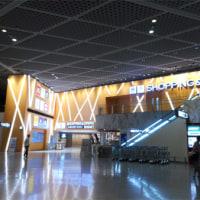 夜の成田空港にて。