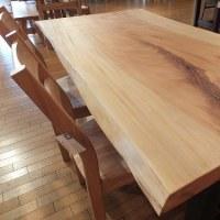 【栃の一枚板テーブルetc】これからの季節、白木系の一枚板テーブルの人気が出てきます。一枚板と木の家具の専門店エムズファニチャーです。
