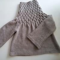編みながらスモッキングするセーター