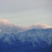 冷たい雨が周囲の山に雪を・・