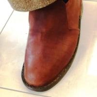 革靴の本底を縫い、踵を付ける