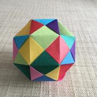 カラー紙テープで(三角形の箇所を凹ませた)斜方立方八面体(rhombicuboctahedron)を編んでみました