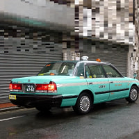 Japanese Working mothers take their children to and from the nursery center by taxi on rainy days.