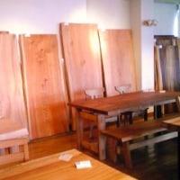 一枚板も木のフレームソファーも無垢のテレビボードも51周年記念祭。エムズファニチャーです。