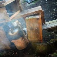 蜜蜂の巣箱を作り始める