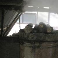 炭を焼いています