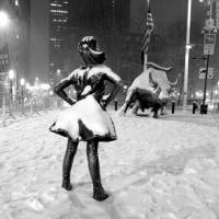 怖れずに前を見据える少女の像