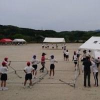6時間目の運動会練習の時、中学生みんなでいくつものテントを張りました。