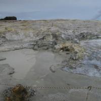 2016年小笠原村硫黄島慰霊墓参(110)硫黄ヶ丘の硫黄の噴出と船見岩