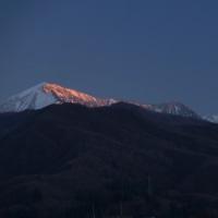 夕映えの越後駒ケ岳と大力山の四阿