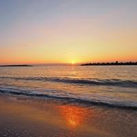 波打ち際から夕陽