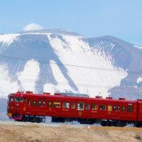 早春・・・青い空と・・・浅間山の白・・・高原の風の中を・・・しなの鉄道「ろくもん」が走る
