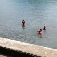 今朝のマヨン山と海で遊ぶ子供たち