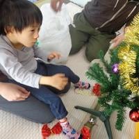 クリスマスツリーに飾りつけ