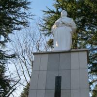 政宗平和立像を仰ぎ見る