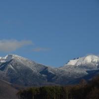 南は白く、北はまだまだの八ヶ岳。