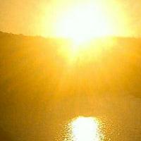 空も川面も金色にきらめきわたる