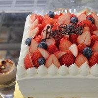 苺生クリームデコレーションケーキ今日は四角でHappyBirthday♪