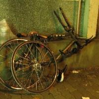 自転車との衝突を避けて、転ぶ