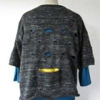 NO.371   小さな穴のあるセーター