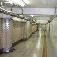 この場所はどこでしょうか。 繁華街の地下鉄神田駅地下通路の光景です。真昼間の風景
