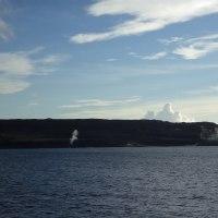 2016年小笠原村硫黄島慰霊墓参(330)小笠原丸で硫黄島を周回(41)硫黄島の北側から白い噴気と北西端