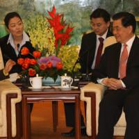 <韓国報道>韓国特使の扱いが分かる2枚の写真 。