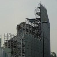 国立競技場の解体。囲いの切れ目から見えるものは?