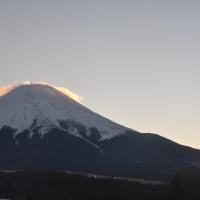 冷えるも終日陽射しあり、富士山雲が面白いも夕焼け富士へ 大相撲は大混戦へ?