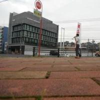 奥村組前の山王町の交差点で朝の宣伝をしました。通られた方が、ようがんばっとるなと言って、握手してくれました。10月20日。