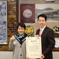 第39回全国JOCジュニアオリンピックカップ夏季水泳競技大会に出場された星山茅奈さんに箕面市長表彰!