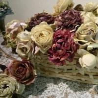 手作りかごの薔薇とあけびのかごのホップクローバー