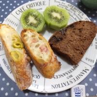 ハムのシーザーサラダと美味しいパンで朝ごはん