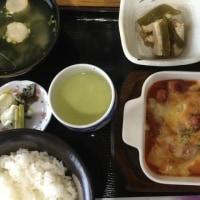 11月27日の日替わり定食550円は ウインナーとポテトのトマトチーズ焼き です。