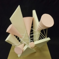 成長をテーマとし、錐体を主役にした立体構成