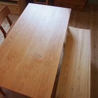 チェリーのテーブルと椅子と胡桃の椅子とベンチ