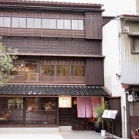 木造3階建ての建物を改装したカフェ。東山・宇多須神社向かい「多聞」。
