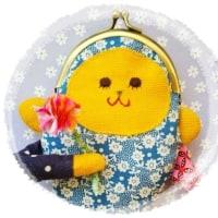 あんまり役には立たないけれど…、かわいいから許して。キュートおサルのバッグチャーム。お花抱いちゃって。