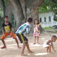 アンコール・ワット内で遊ぶ地元の子ら