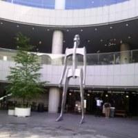 オペラシティの巨人像