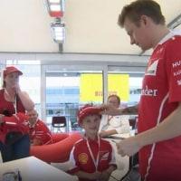【動画】フェラーリ、号泣少年を招いてライコネンと笑顔でツーショット/F1第5戦スペインGP