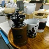 職場でがりがりとコーヒー豆を挽いて入れるコーヒー