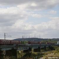 秋の日差しを受けて鉄橋を渡るEF510-509