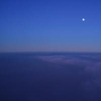 青い空に白い月