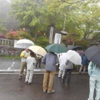 軽井沢のいろいろ 霧雨(きりさめ) の軽井沢 碓氷峠には観光客が次々に・・