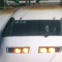 新幹線の運転手が、足上げで運転していた写真